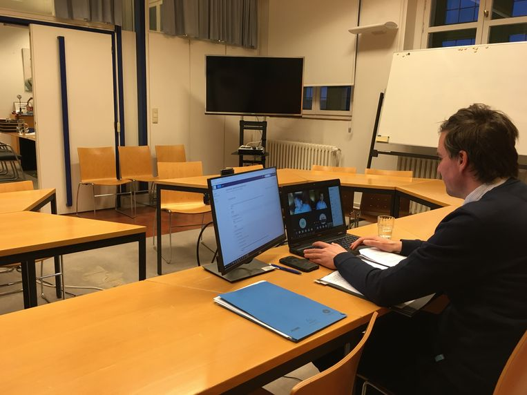 Burgemeester Mathias De Clercq, helemaal alleen op de gemeenteraad. Online zijn er 50 van de 53 raadsleden aanwezig.