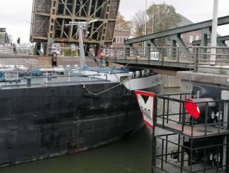 Schipper vaart tegen half geopende Meulestedebrug, omgeving te vermijden