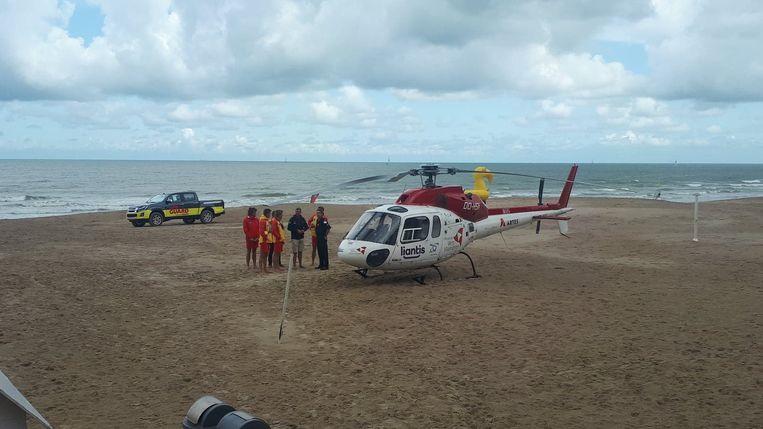 De mughelikopter landde op het strand van Westende. Strandredders hielden wandelaars op afstand.