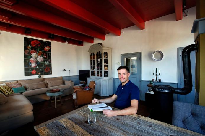 Mike Schiltmans in het pand dat een beschermd dorpsgezicht is, met binnen een bedstee en een traditionele steenoven.