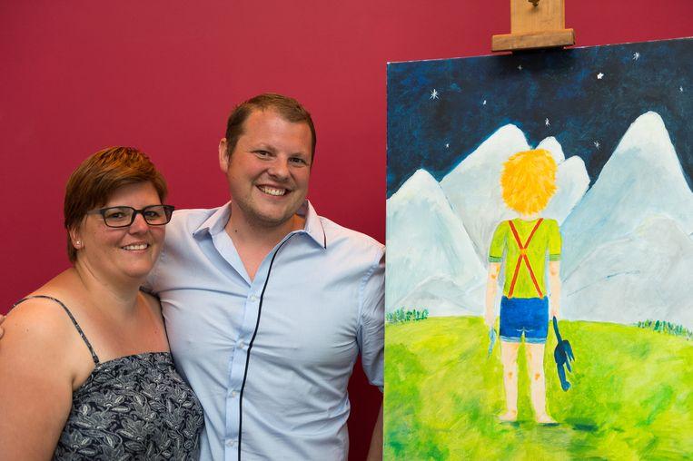 Stef Janssens en zijn echtgenote Elly bij een van zijn schilderijen die hij nu exposeert.