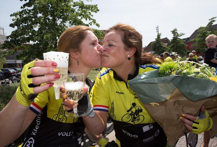 Twee deelneemsters van Bergh in het Zadel feliciteren elkaar met champagne met de opbrengst: liefst 1,15 miljoen euro!