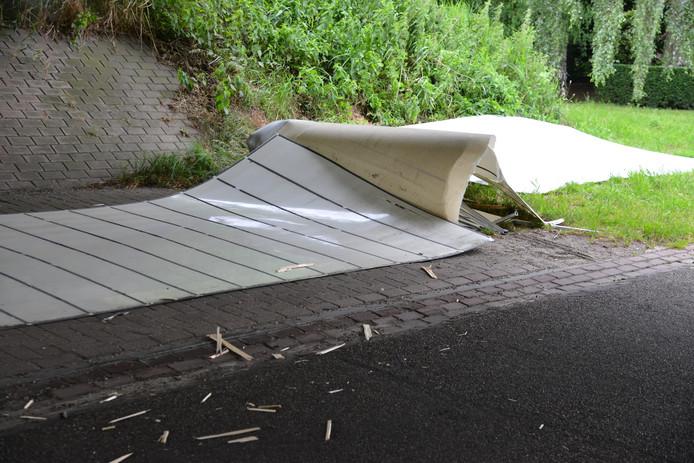 Een vrachtwagentje raakte een viaduct in Terheijden.