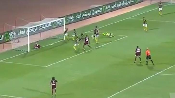 Geblesseerde speler voorkomt goal van eigen ploeg