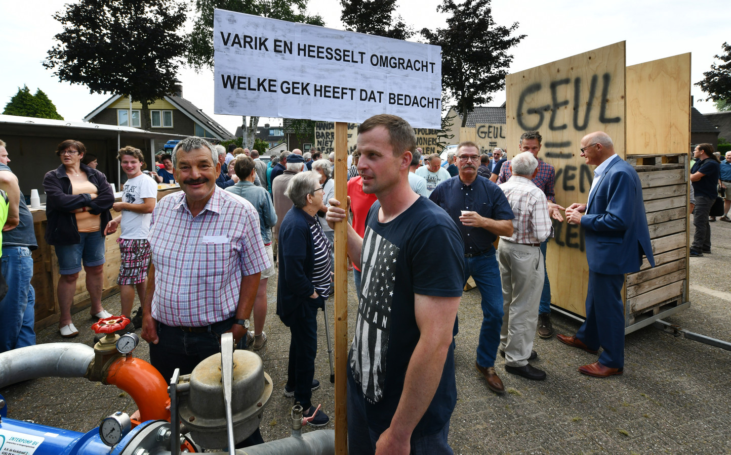 Protest bij het bezoek van leden van de Tweede Kamer aan Varik.