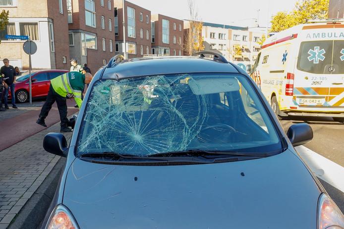 De fietsster belandde op de motorkap van de auto.
