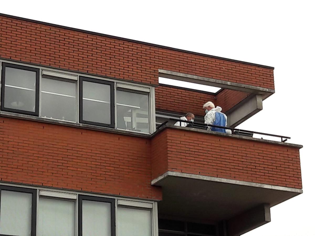 De politie doet onderzoek op een van de etages.