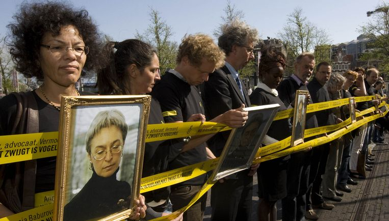 Amnesty International had tegenover de plek waar Medvedev aankwam bij de Hermitage een protestposter opgehangen. Foto ANP Beeld