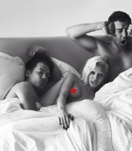Miley Cyrus topless in bed met fotografen