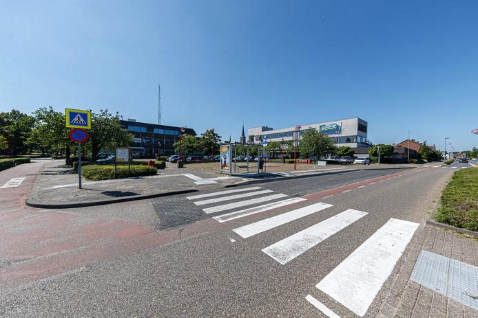 Het huidige Stationsplein Etten-Leur, met in het midden het politiebureau Weerijs en rechts de voormalige Rabobank.
