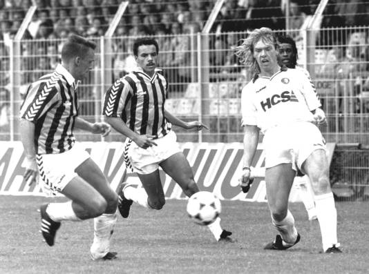 Zier Tebbenhoff (r) in duel met de Vitesse-spelers Edward Sturing en Bart Latuheru.