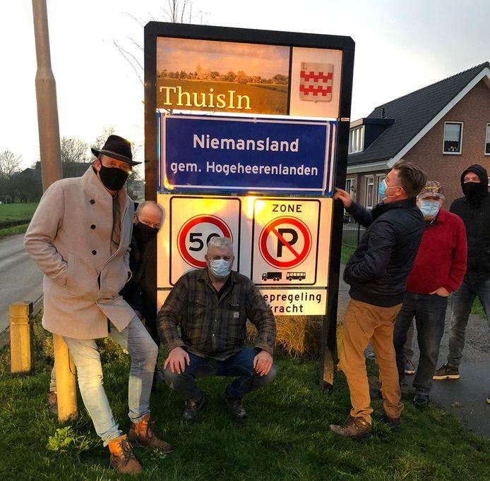 De actiegroep heeft op vijftig plekken de komborden van de gemeente Vijfheerenlanden beplakt.