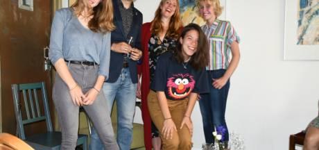 Jongeren van schrijfclub Nuwanda in Zutphen pennen corona van zich af: 'Mijn typemachine baalt van mij'