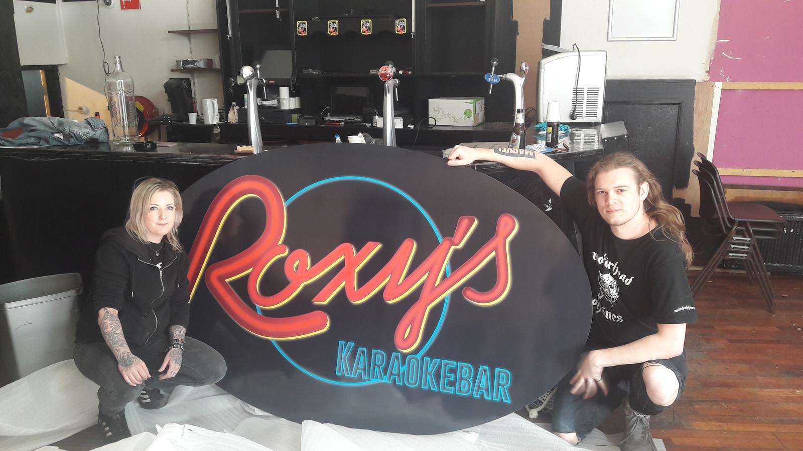 Myrna Ruikes (links) en Daniel Schilling (rechts) in de nieuwe karaokebar.