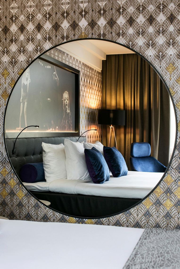 Eén van de 100 kamers die inmiddels in de stijl van Hard Rock Hotels zijn verbouwd. Onderdeel van de formule is een manshoge spiegel Beeld Eden Hotels