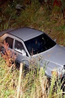 Automobiliste (18) rijdt sloot in bij Zaltbommel: slachtoffer gewond