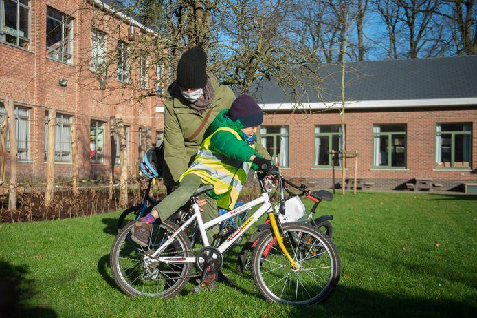Matthias (6) ontleent het eerste fietsje aan de Fietsbieb.