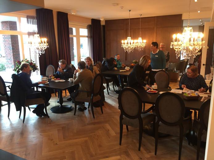 Gezellige drukte in de huiskamer van verzorgingshuis Groot Waardijn aan de Ringbaan West in Tilburg tijdens hun open dag