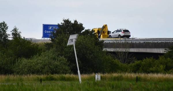 Auto weggesleept na botsing met de vangrail op de A58.