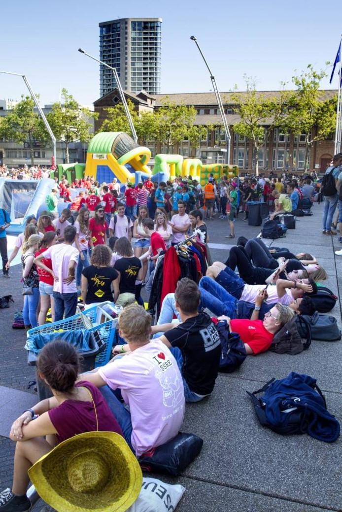 Studenten van de TU/e op het Eindhovense Stadhuisplein, gisteren tijdens de intro. foto Kees Martens/fotomeulenhof