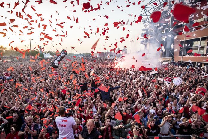 De supporters van FC Twente vieren feest na het kampioenschap