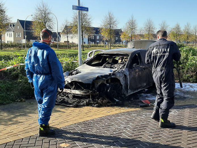 De politie doet onderzoek daags na de autobrand aan de Cleyndertstraat in Stadshagen.