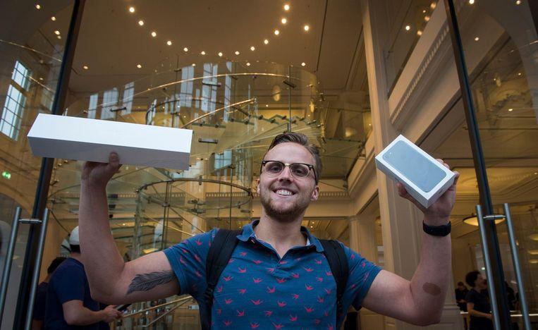 ICT-student Justin - om 4 uur vertrokken uit Sneek - was de eerste met de nieuwe iPhone. Beeld anp