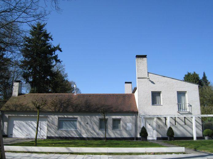 Het huis van de Tilburgse oud-burgemeester Cees Becht in Tilburg. Ook het windvaantje op het dak heeft Jos. Bedaux zelf ontworpen.