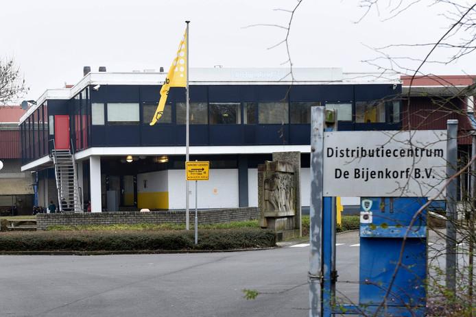 De buitenkant van het distributiecentrum van de Bijenkorf aan de Middellandbaan.Het distributiecentrum moet volgend jaar dicht.