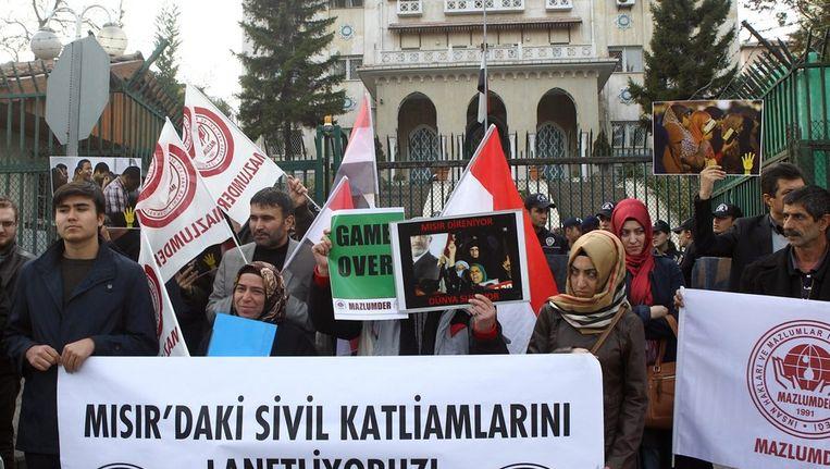 Protest tegen de huidige machthebbers in Egypte voor de ambassade van dat land in Ankara. Beeld afp