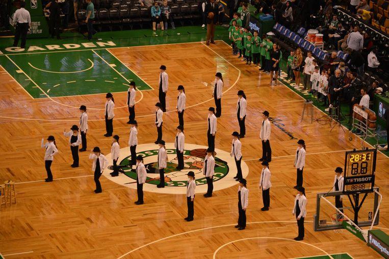 De dansers van 'Are U Famous' tijdens hun optreden in de basketbalarena TD Garden.