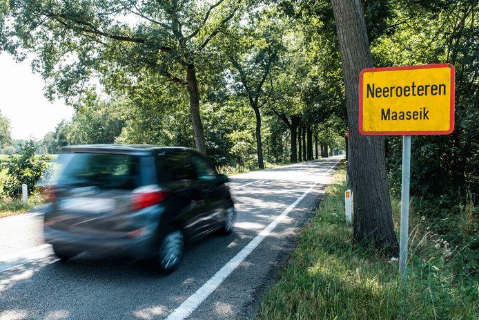 De Kinrooiersteenweg tussen Neeroeteren en Kinrooi. Ook wel gekend als de Dodenbaan.