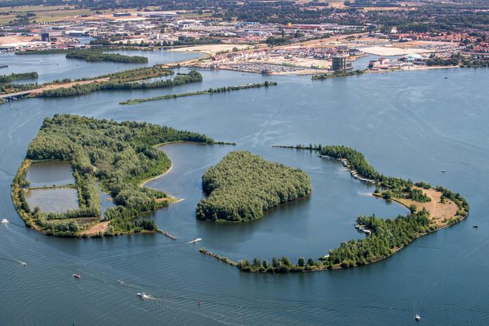 Knarland met op e achtergrond de nieuwbouw van het Waterfront in Harderwijk
