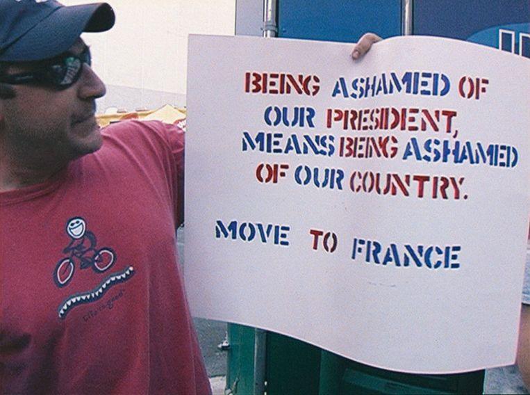 Een boze fan adviseert de Dixie Chicks naar Frankrijk te verhuizen. Beeld .