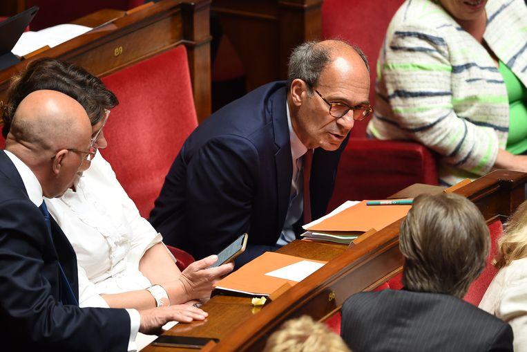 LR-parlementariër Eric Woerth in discussie met een collega. Beeld AFP
