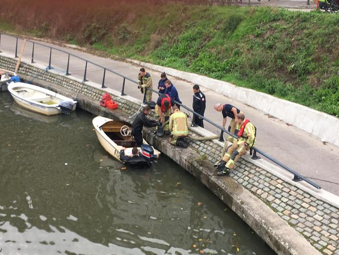 De brandweer redde de bootjes voor ze volledig zonken.