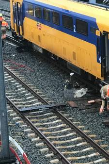 ProRail druk met ontspoord treinstel op station Zwolle
