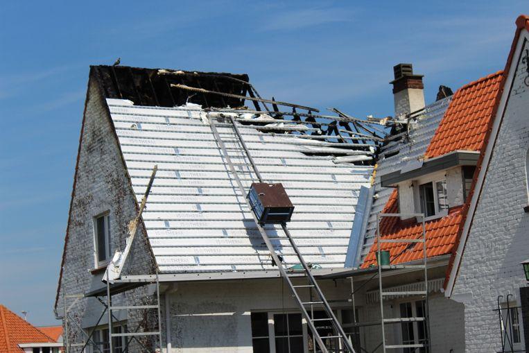 Het dak liep zware schade op.