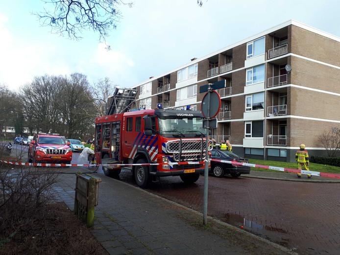 De straat voor het appartementengebouw, waarin brand ontstond, is afgezet.