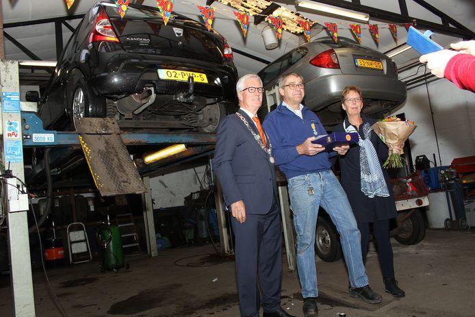 In 2016 verraste burgemeester Jac Klijs Jos Eenhuizen in zijn garage Smaal in Standdaarbuiten, door hem lid te maken in de Orde van Oranje Nassau.