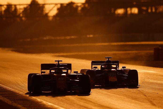 Sebastian Vettel en Max Verstappen tijdens de wintertests op het Circuit de Catalunya.