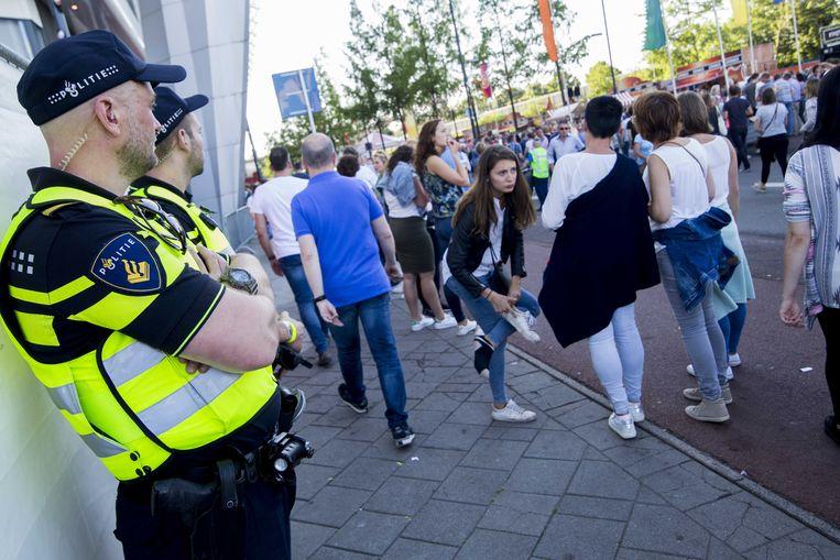 Politie houdt een oogje in het zeil tijdens het concert van Guus Meeuwis in het PSV-stadion.  Beeld ANP