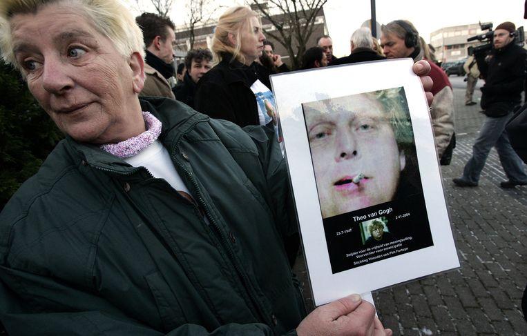 Een vrouw houdt een foto van Theo van Gogh vast tijdens de rechtszaak tegen Mohammed B. Beeld anp