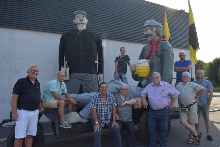 Het feestcomité met twee reuzen: boer Bavo in de kar en Jules de metser.