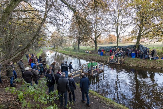 TT-2019-014655 Bentelo - Bestuurders van de Dorpsraad Bentelo nemen een voetveer over de Hagmolenbeek in gebruik. Editie: Hengelo  Foto: Rikkert Harink. RH20191123