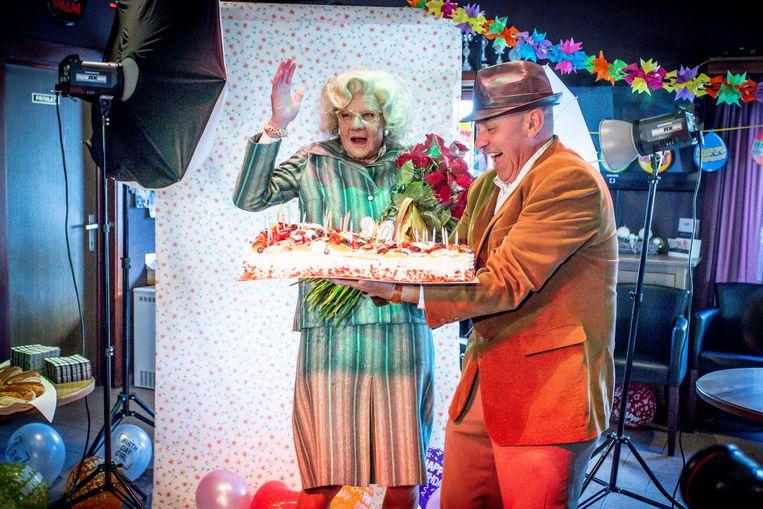ERPE, BELGIUM - JUNE 11 : Rosa en Modest. Modest Vermeulen (alter ego Kurt Defranq) verrast zijn moeder in haar stamcafé voor haar 90ste verjaardag, na deze verrassing laat hij haar grote droom in vervulling gaan: nogmaals de gastvrouw zijn van een heerlijke talk show. On June 11, 2019 in Erpe, Belgium, 11/06/2019 ( Photo by Jan De Meuleneir / Photonews