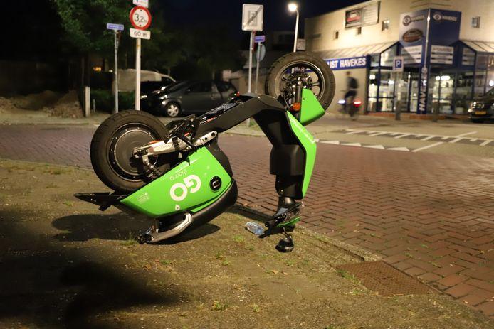 Een op de kop gezette scooter in Hengelo, aan de Emmaweg. Aan de Bergweg is een scooter besmeurd met een pak vla.