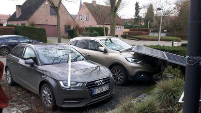 Zonnepanelen belanden op auto