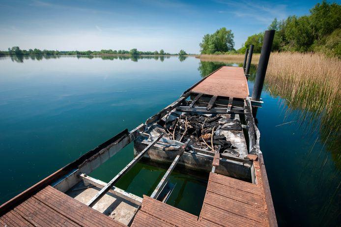 De drijvende vissteiger aan de noordkant van het Engelermeer moest ook al door brand ontgelden.