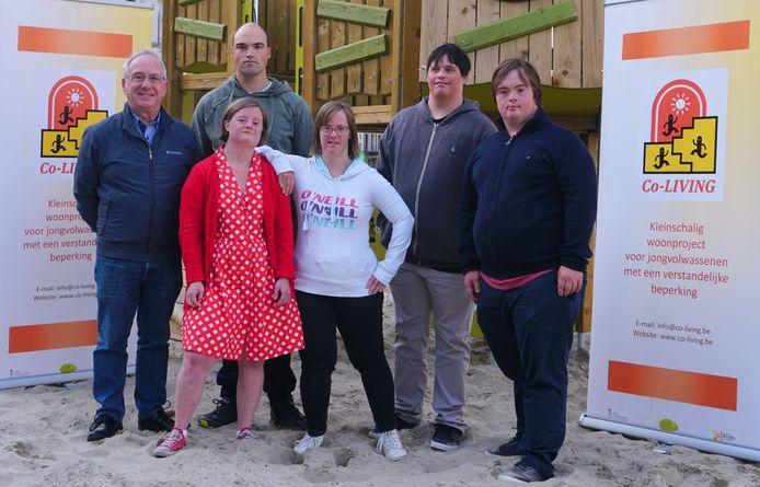 Organisator Frank Vierstraete (links) met de toekomstige bewoners Laurence, Tony, Lien, Stijn en Hannes.